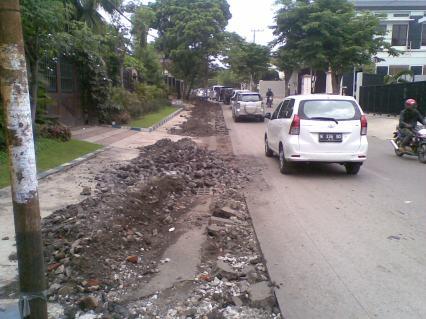 Penggalian jalan yang membahayakan keselamatan pengguna jalan